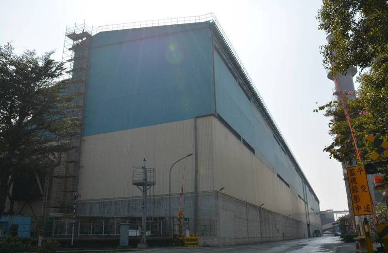 中鋼去年12月20日已完成燒結礦封閉式工程,預估112年煤礦封閉式建築工程全部完工後,粒狀物逸散去除效率將由87.5%增加至98%。圖/高雄市環保局提供