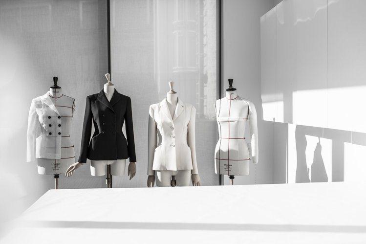 Bar Jacket強調收緊的腰線、柔和的肩部輪廓以及臀部曲線。圖/DIOR提供