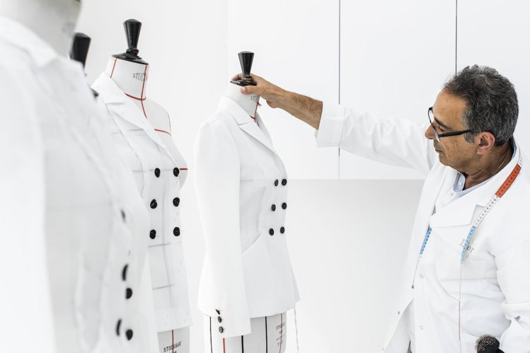 Bar Jacket展現品牌做工和剪裁的獨特。圖/DIOR提供