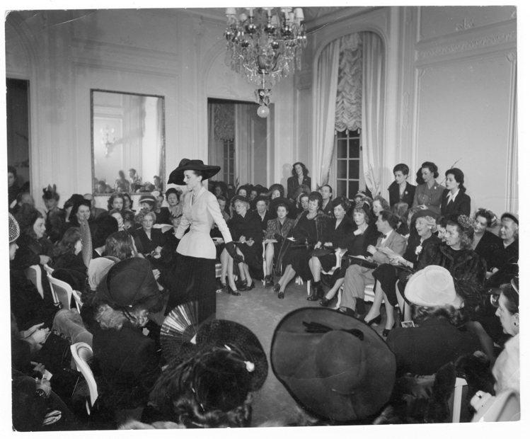 Dior先生在1947年舉辦的時裝發表,Bar Jacket首度問世,也是煙裝的...