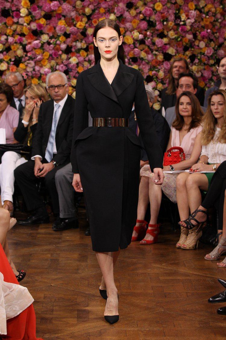 Raf Simons以Bar Jacket輪廓打造洋裝,圖為2012秋冬高級訂製...