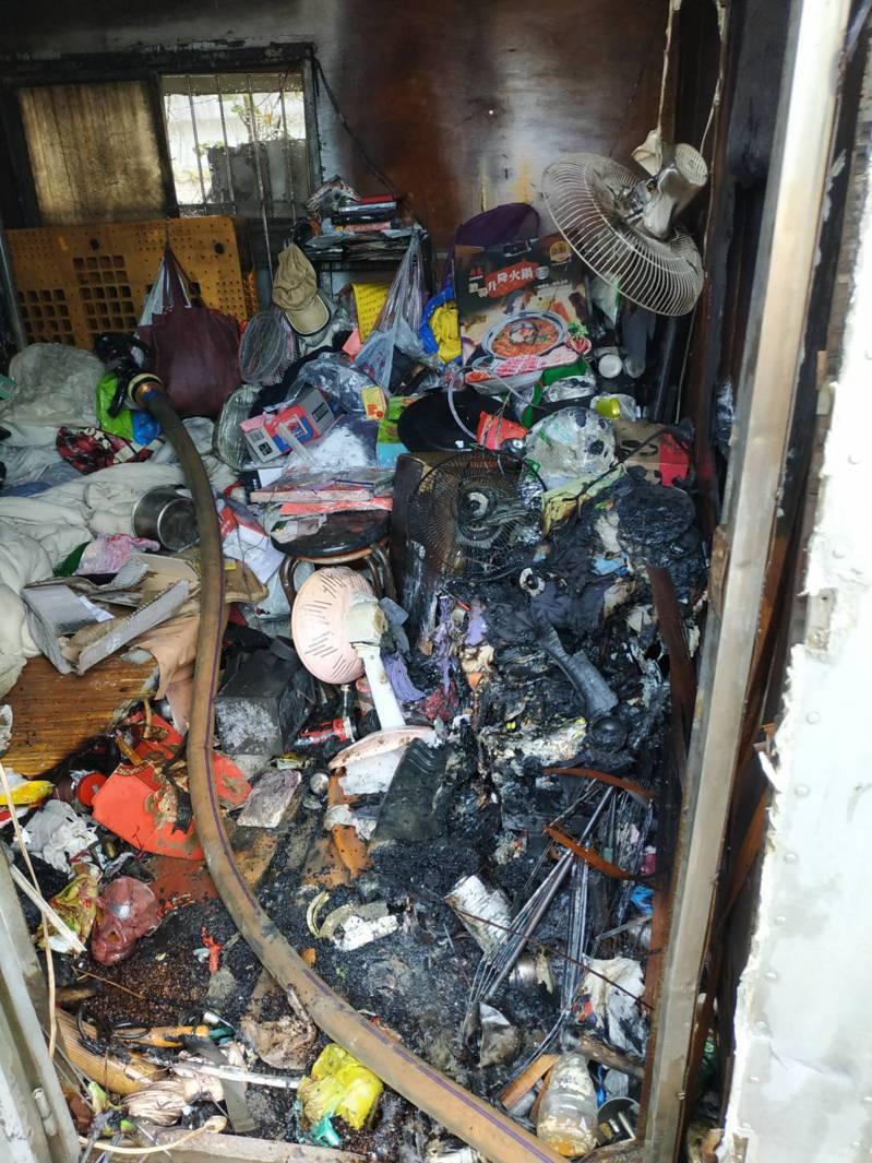 貨櫃屋內堆滿雜物,還有1具電暖器,由於近日天冷,是否因用電不當引發火警,尚須進一步鑑識調查。記者林昭彰/翻攝
