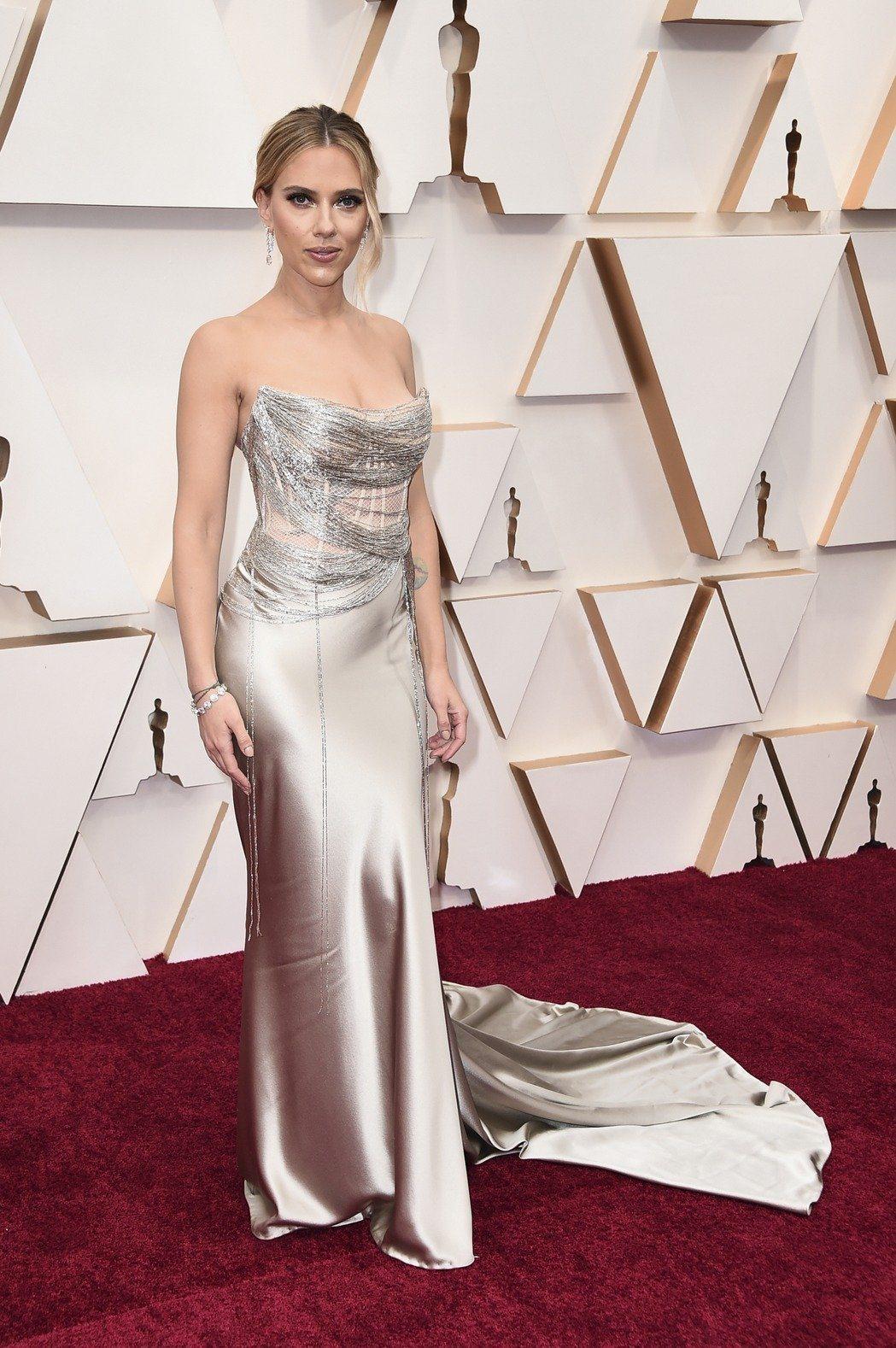 史嘉蕾喬韓森的Oscar de la Renta金色緞面禮服,以細線纏繞的設計呈