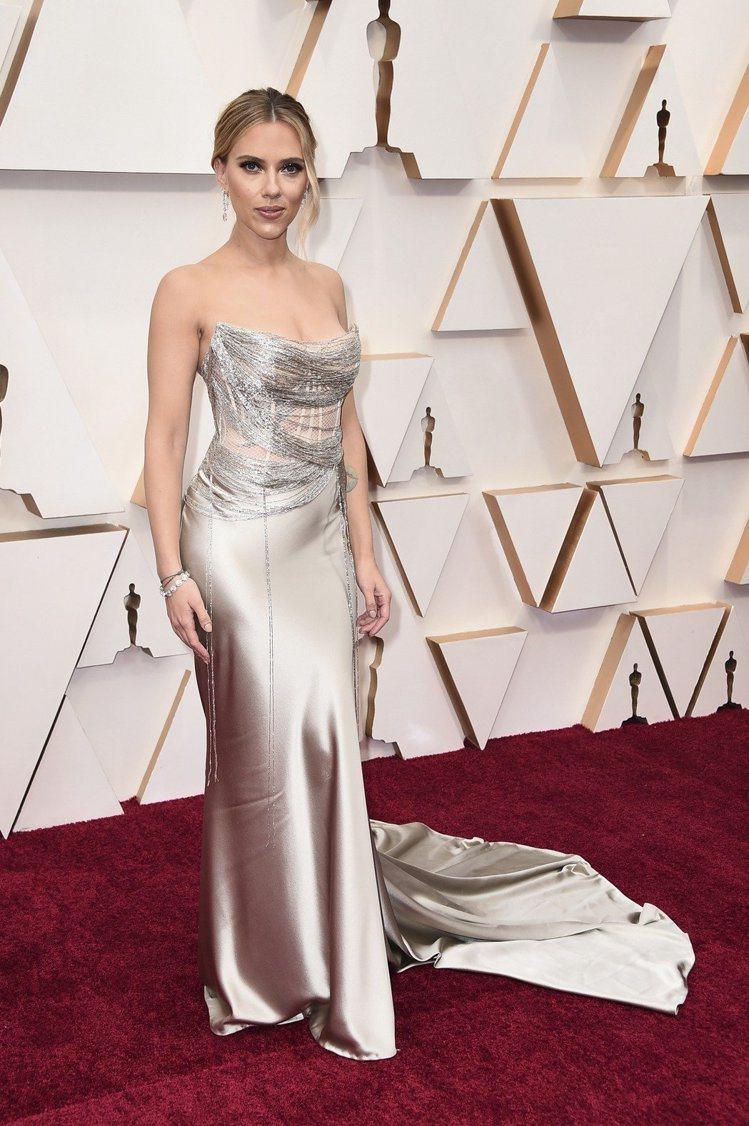 史嘉蕾喬韓森的Oscar de la Renta金色緞面禮服,以細線纏繞的設計呈...