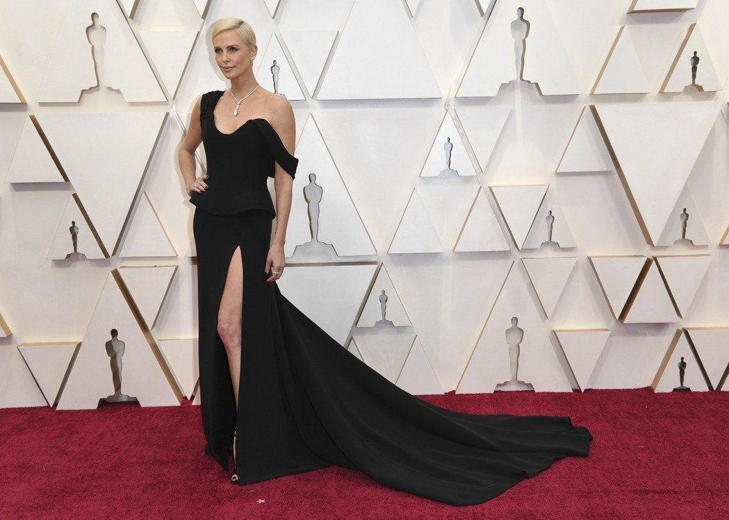 莎莉賽隆穿Dior高衩曳地禮服,用不對稱剪裁穿出個性。(美聯社)