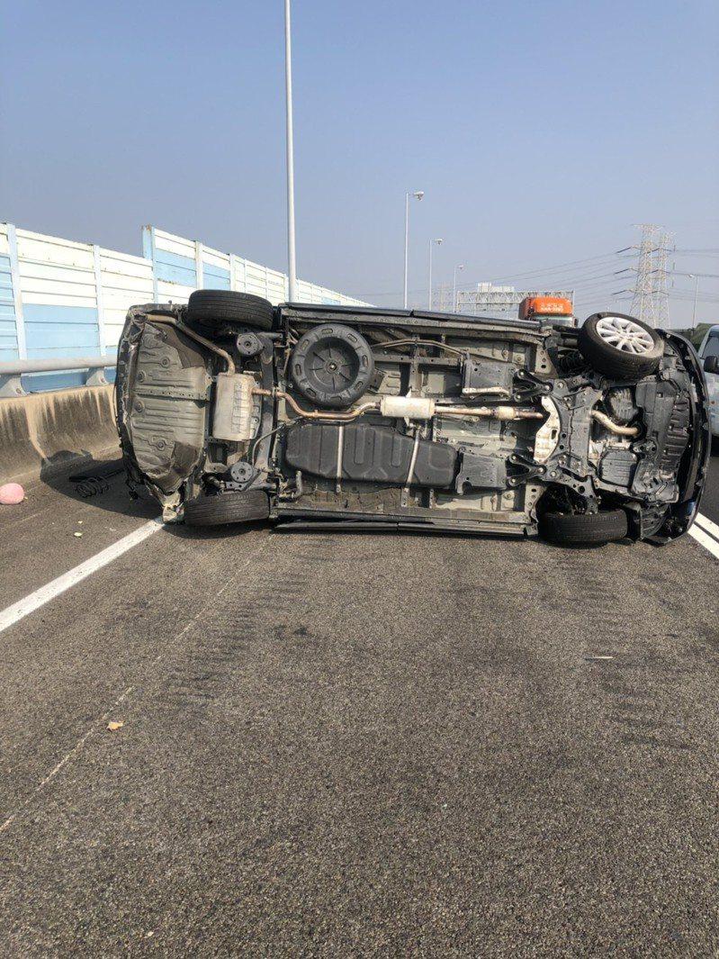 國道3號南向191公里和美交流道路段今天上午9時20分發生車禍,造成一輛客翻車,二名駕駛受傷送醫。圖/國道七隊提供