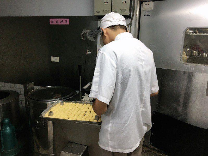 16歲的「小堯」的父母染毒經常入獄,「想獨立」成為他的目標,透過新北勞工局的少年就業輔導方案,現在已是食品工廠的廚師助理。圖/新北勞工局提供