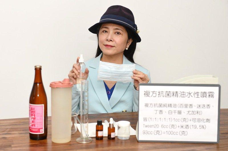 靜宜大學化粧品科學系副教授吳珮瑄,教大家自製複方抗菌水精油噴霧,因應防護武漢新冠病毒。圖/靜宜大學提供