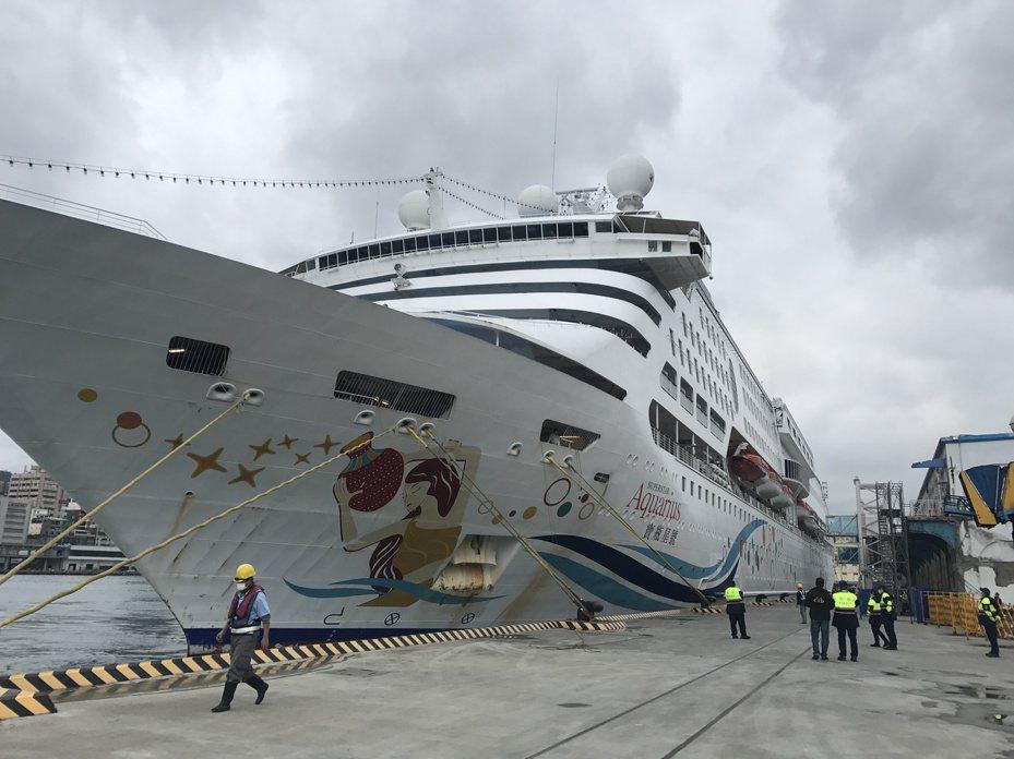 寶瓶星號8日返抵基隆港,昨天出港,今天下午1點要再進港,這段時間該船在海外等消息,無目的的繞行,許多民眾看了也感到不忍心。記者吳淑君/攝影