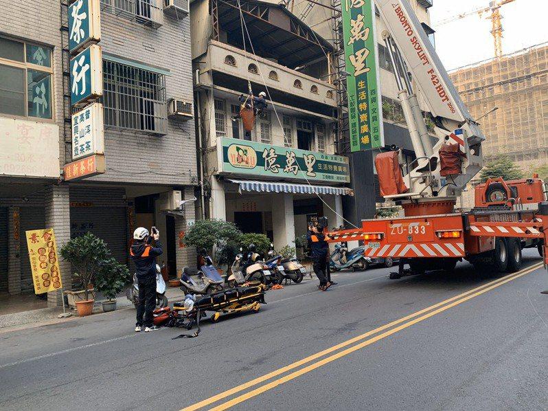 今天清晨6點時,高雄新興區傳出墜樓意外,楊姓男子因不明原因從10樓高的大樓墜落,掉落到一旁約3層樓高的鐵皮屋頂上。記者邱奕能/翻攝