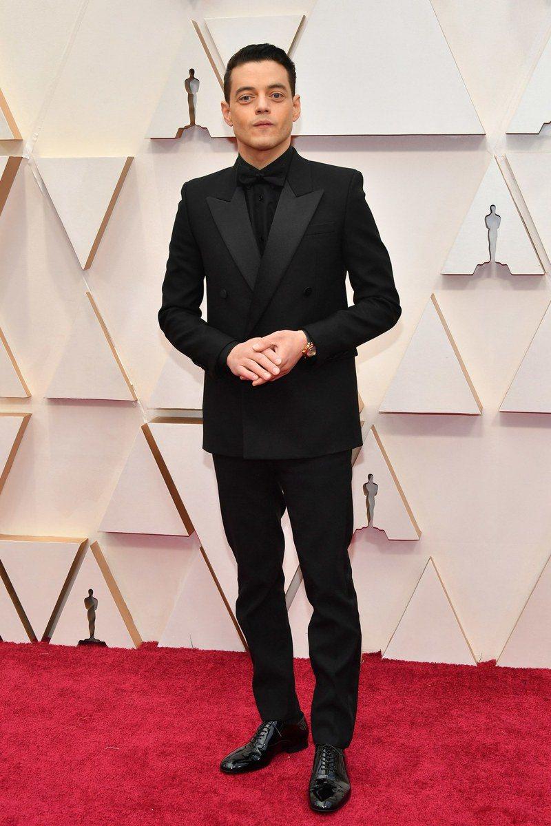 影帝Rami Malek身穿了Saint Laurent黑色劍領雙排扣西裝,內搭黑色襯衫與同色領結,奪紅毯第一帥。圖/摘自GQ USA