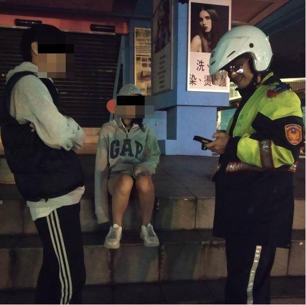 15歲少女逃家將近半個月,深夜低溫只穿短褲和男生在街頭逗留,幸被員警尋獲。圖/警方提供