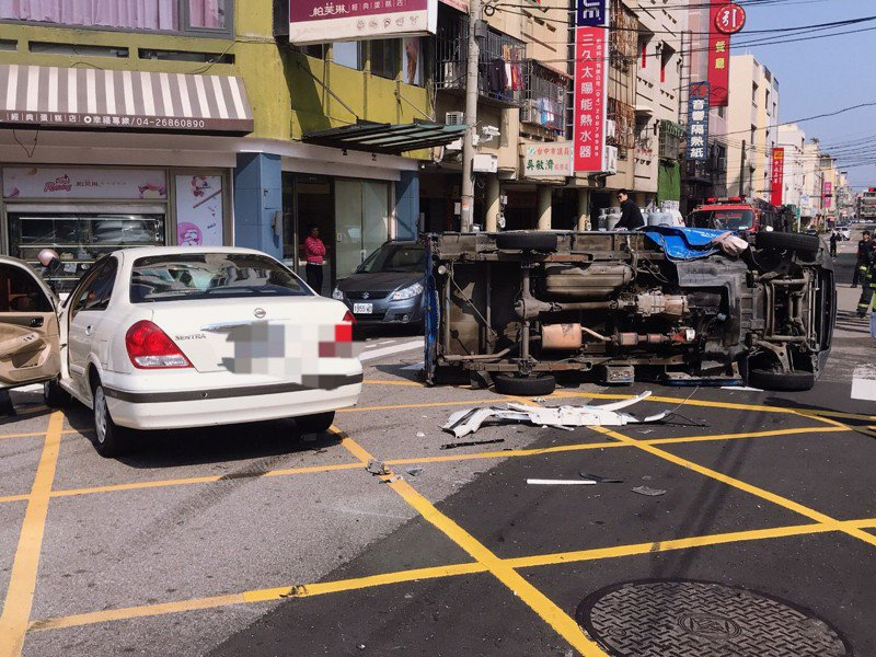 台中市大甲區今天早上發生車禍,轎車和小貨車相撞,貨車上瓦斯鋼瓶飛落。記者游振昇/翻攝