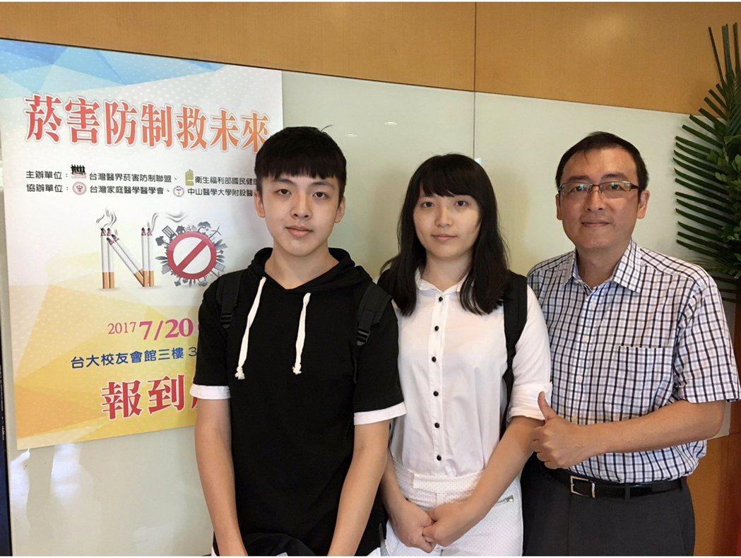 李兆麟(右起)特別請女兒、兒子幫忙設計防疫操。圖/優美診所提供