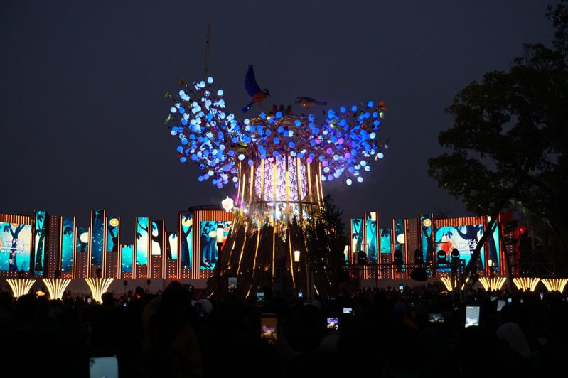 2020台灣燈會開幕2天,參觀人數達93萬餘人,現場擠爆;主燈「光之樹」內部可進入參觀,交通部觀光局表示,每次容留人數限制100人,以免人多擁擠。記者洪敬浤/攝影