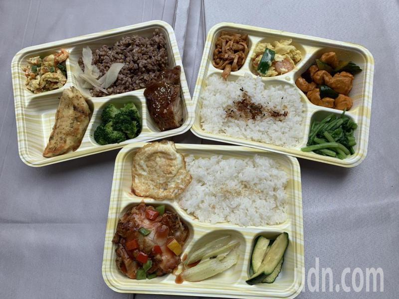 許多人不敢上餐館吃飯,高雄福華飯店改變作風,中午兼賣餐盒度小月。記者謝梅芬/攝影