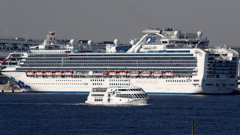 靠在橫濱港隔離的「鑽石公主號」已達135個確診病例。(路透)
