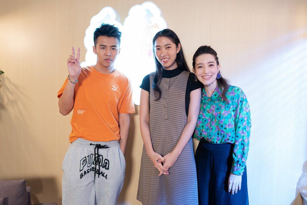 王若琳(中)邀來Lara(右)、屁孩一起回應網友們的提問。圖/索尼提供