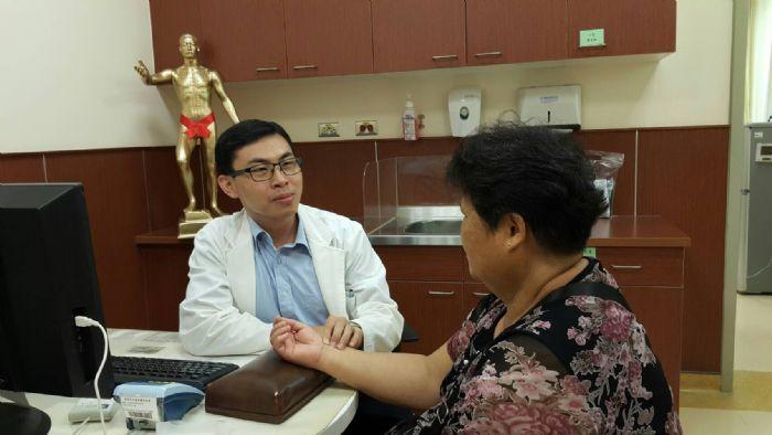 安南醫院中醫部醫師賴建銘說,利用中藥針灸調養,能達到健康減重效果。圖/安南醫院提供