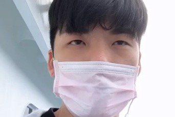 劉明峰再次回到基隆港。他錄了一段影片,「我相信有一天,我絕對能夠回家的,請大家放...