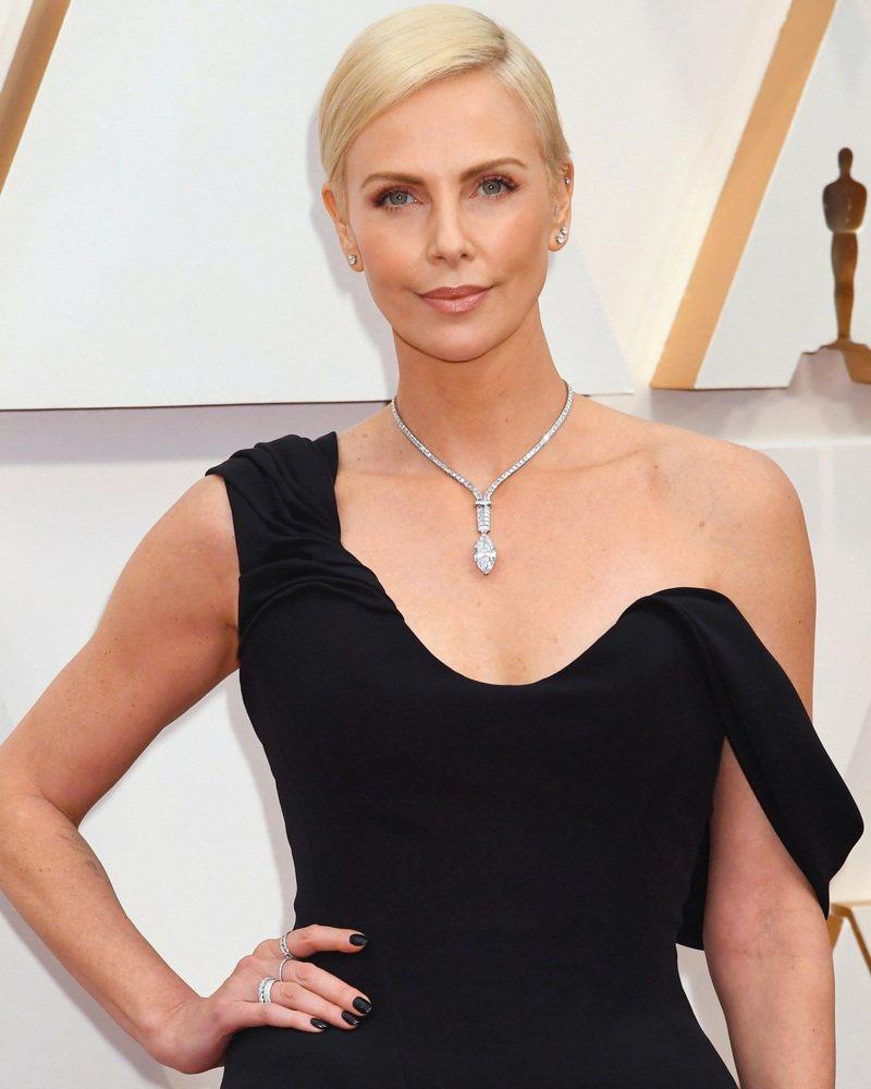 影后莎莉賽隆配戴Tiffany 2020秋季高級珠寶系列作品現身奧斯卡金像獎紅毯。圖/Tiffany & Co.提供