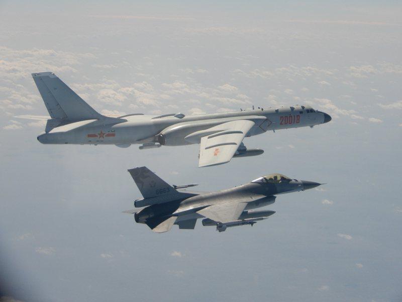 國軍F-16伴非中共轟六實施監控。圖/國防部提供