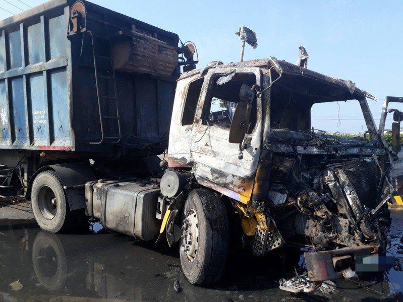 台中市清水區今天下午發生貨櫃車和抓斗車追撞車禍,貨櫃車起火。圖/民眾提供