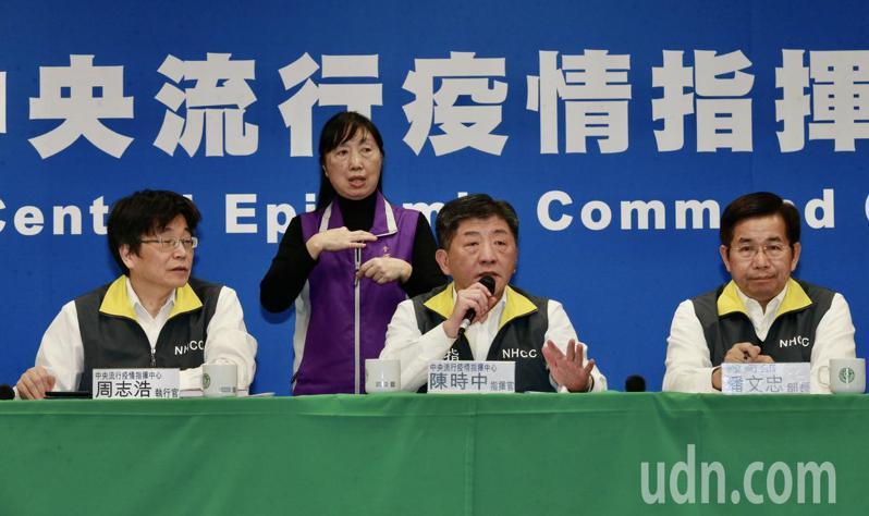 中央流行疫情指揮中心指揮官陳時中(中)、執行長周志浩(左二)、教育部長潘文忠(右二)等,一同出席在疾管署舉行例行疫情記者會。記者黃義書/攝影