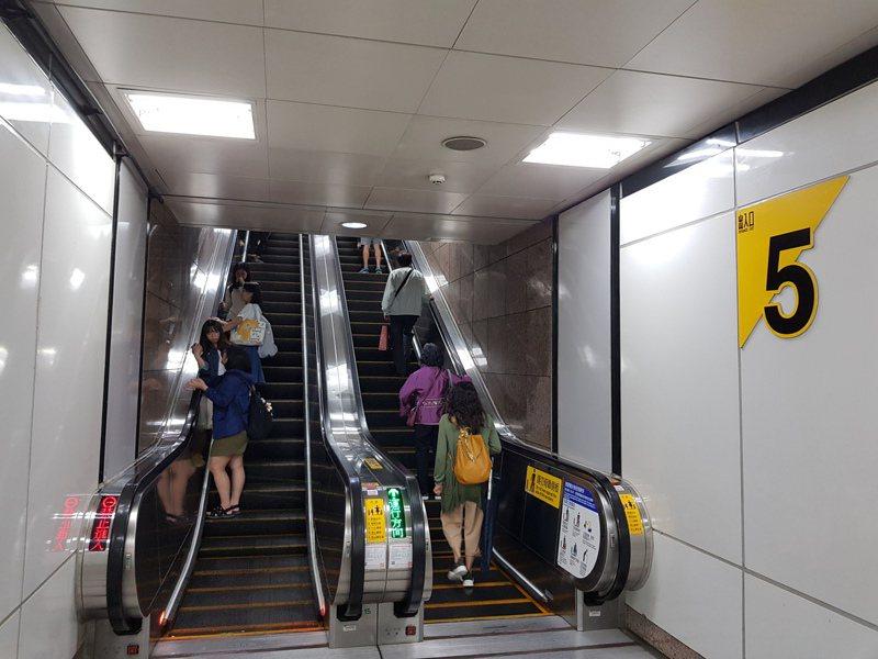 台北捷運連日發生兩起電扶梯意外,北捷表示,除了「緊握扶手、站穩踏階」,不要站在踏階或側板縫隙,穿長裙長褲或軟膠鞋的旅客,也要注意踏階邊緣。示意圖,非新聞當事照。圖/聯合報系資料照