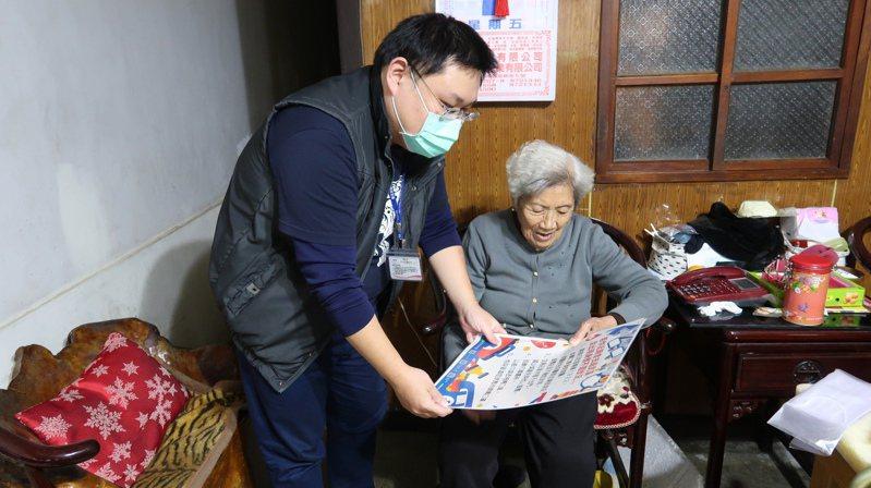 深坑區社文課人員送口罩給獨居長輩,同時也做防疫宣導。圖/新北社會局提供