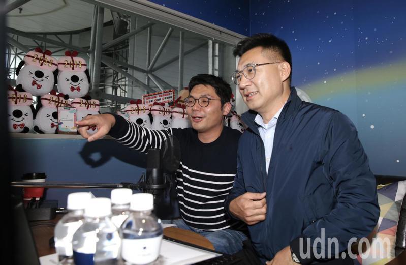 競選黨主席的立委江啟臣(右)與前立委許毓仁(左)一同來到知名直播公司,與選民線上面對面直播。記者許正宏/攝影