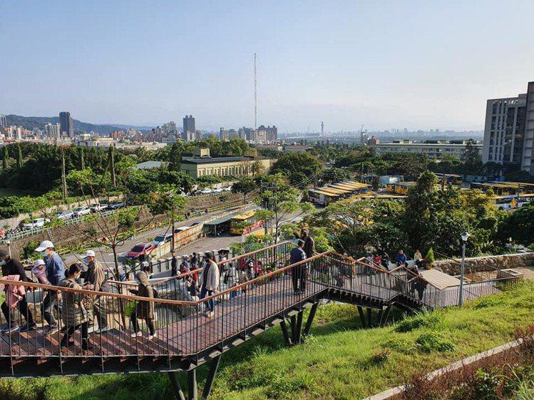 「北投社三層崎公園」是坡地,人多時走階梯務必注意安全。記者/周家名 攝影