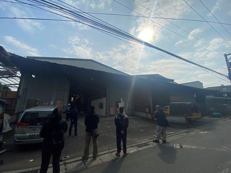 板橋區大觀路一處鐵皮工廠因長期佔用有土地,新北市府今派員前往拆除。圖/新北市財政局提供