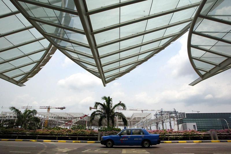 圖為一輛行經樟宜國際機場第三航廈入口的星國計程車。法新社