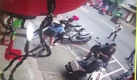 4名男子原本一起徹夜喝酒,卻爆發衝突在街上大打出手。記者林昭彰/翻攝