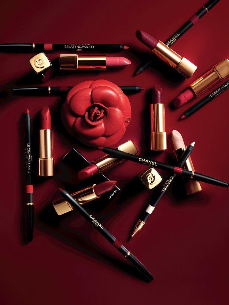 香奈兒在情人節推出超炫耀山茶花唇膏、唇線筆。圖/香奈兒提供