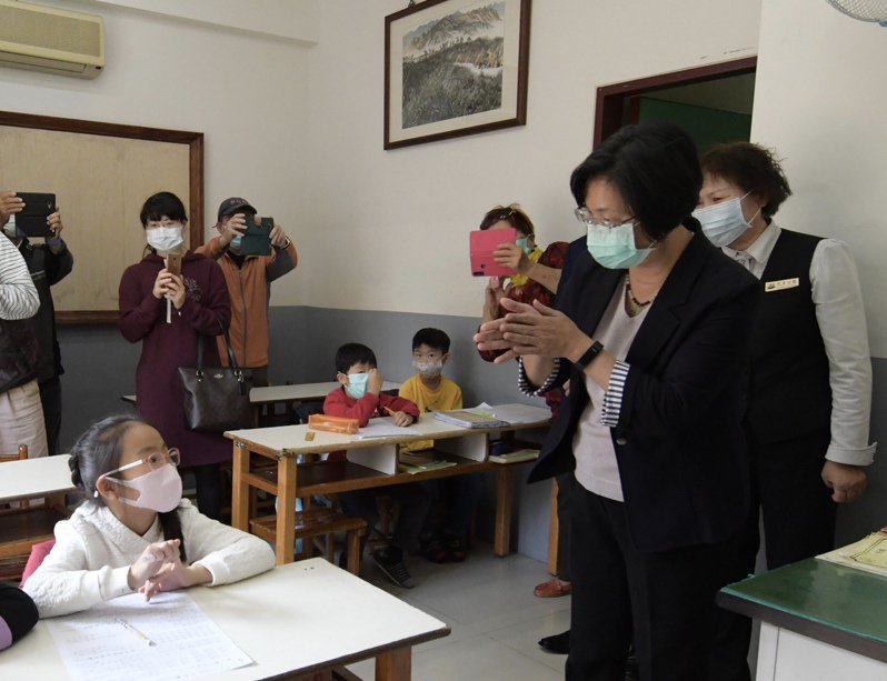 彰化縣長王惠美(右一)今天下午視察彰化市補教業者,也再提醒小朋友要勤洗手,做好防疫工作。 記者林宛諭/攝影