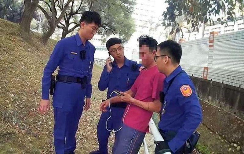 王姓男子(右二)遭受失業及感情雙重打擊想不開,所幸警方及時勸阻。記者王昭月/翻攝