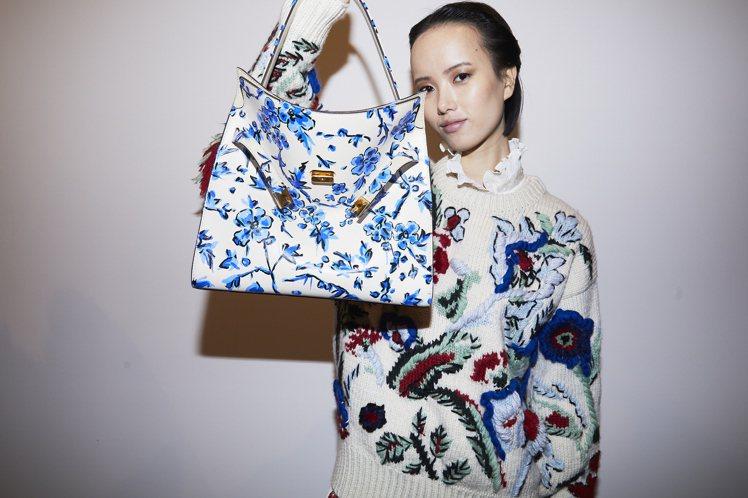 包款花樣延伸自服裝上Francesca DiMattio所創作的印花,靈感來自於...