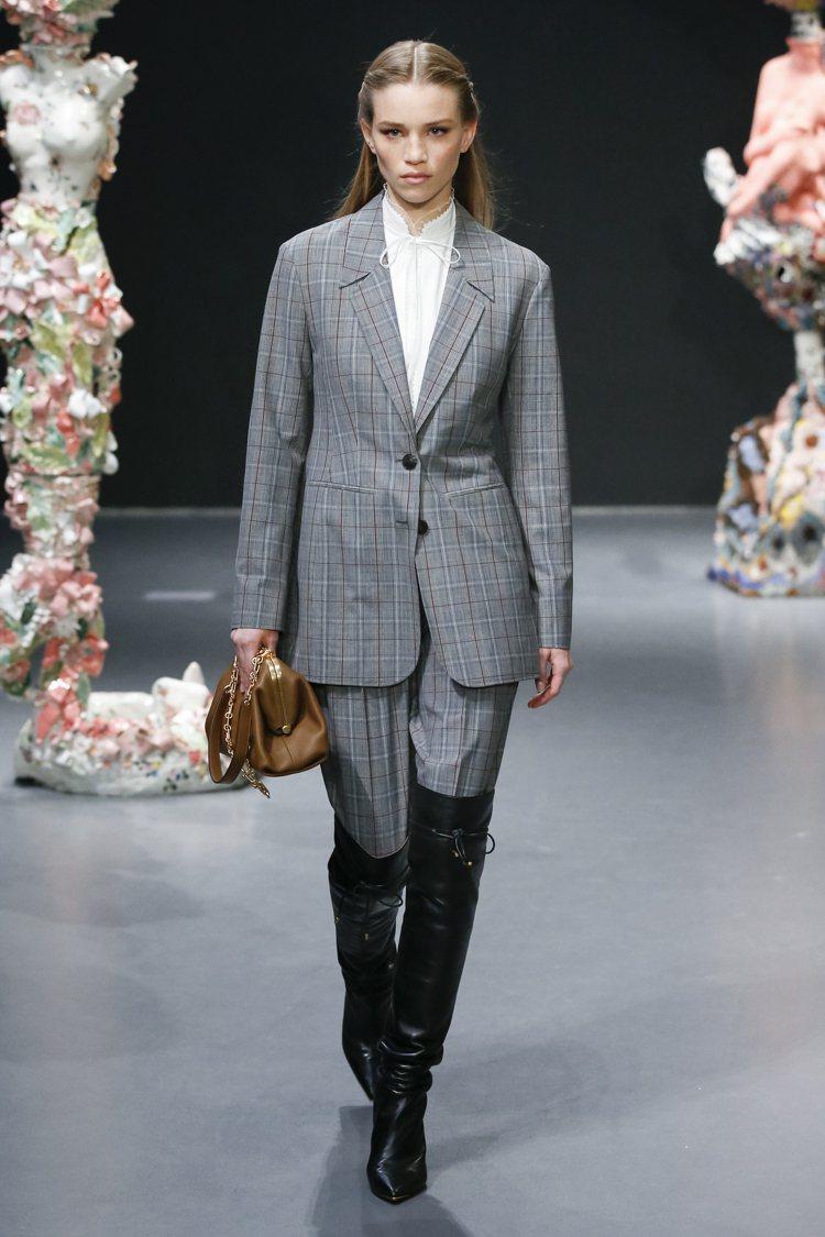 絲質的蕾絲襯衫外套上灰色格紋西裝混搭帥氣。圖/Tory Burch提供
