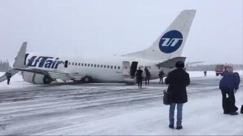 俄羅斯烏塔航空一架波音737,9日在落地時發生意外,導致起落架斷裂、機腹著地,一直在結冰的跑道上滑行到一旁積雪中才煞住,所幸機上96人都沒有受傷。整個驚恐過程,都被機上乘客給拍了下了。Twitter/@RuAviaPhotog