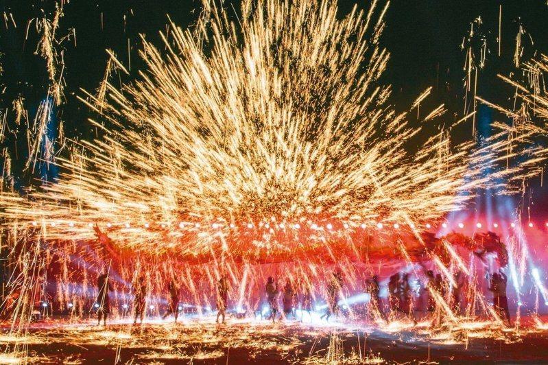 南投燈會昨晚閉幕,但今年受新冠肺炎影響,且重頭戲「重慶銅梁火龍」取消,遊客量比去年少了百萬人次。圖/南投縣政府提供