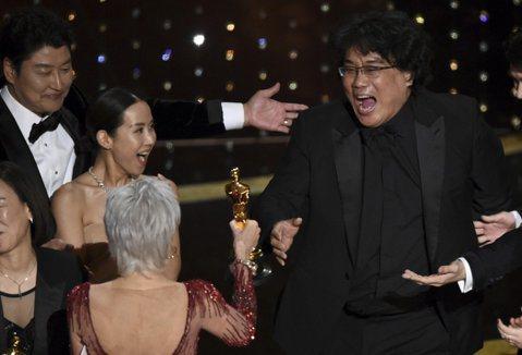 奉俊昊以「寄生上流」拿下奧斯卡獎最佳影片、最佳導演、最佳原創劇本以及最佳國際電影等四項大獎,一時之間成為歐美影壇最為關注的南韓導演,他犀利且嘲諷的懸疑喜劇風格獲得全球影迷喜愛,曾拍過「殺人回憶」、「...