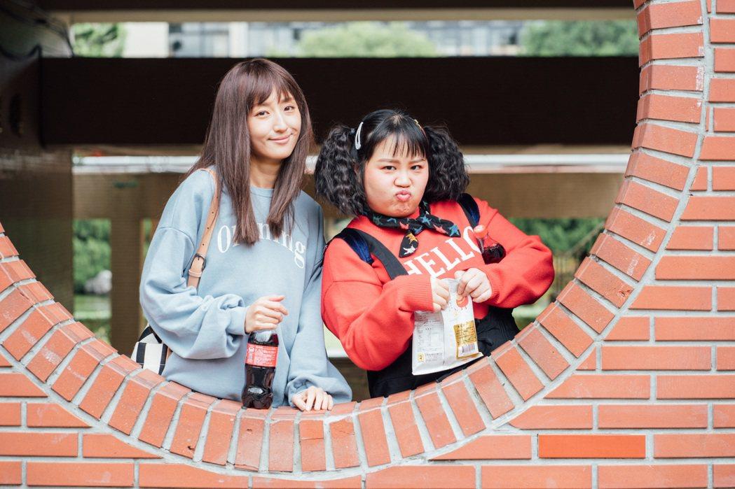 柯佳嬿(左)和大文在「想見你」中演好友。圖/衛視中文台提供