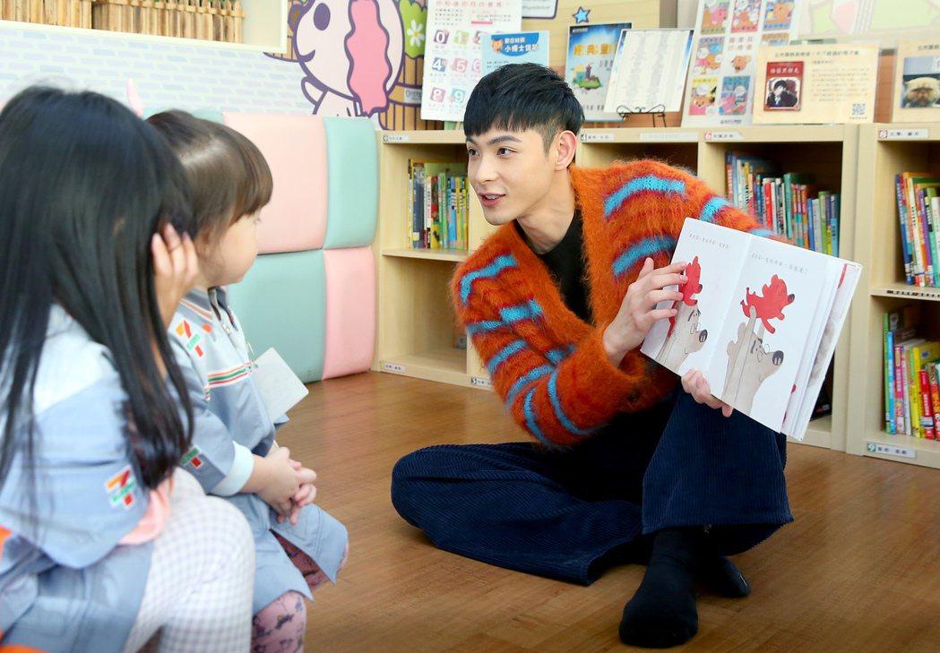 晨翔說故事給小朋友聽。記者余承翰/攝影