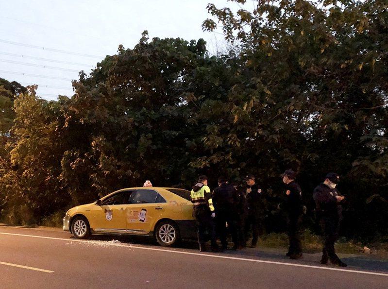 桃園市蘆竹區龍安街今天下午發現一輛計程車,車內2男已死亡多時,警方調查身分及死因中。記者曾增勳/翻攝