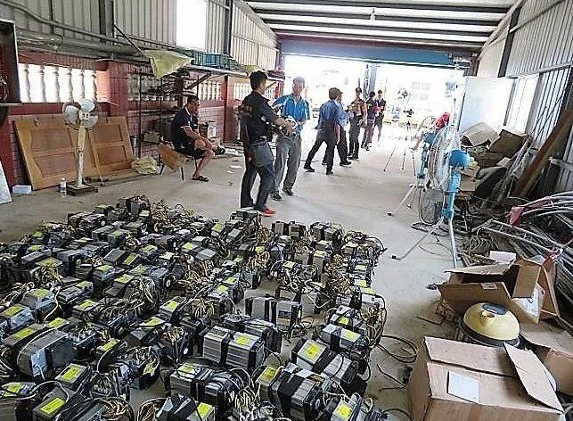 嘉義警方去年在東石鄉查獲竊電,現場起出挖礦設備、大量電源供應器等。圖/本報資料照