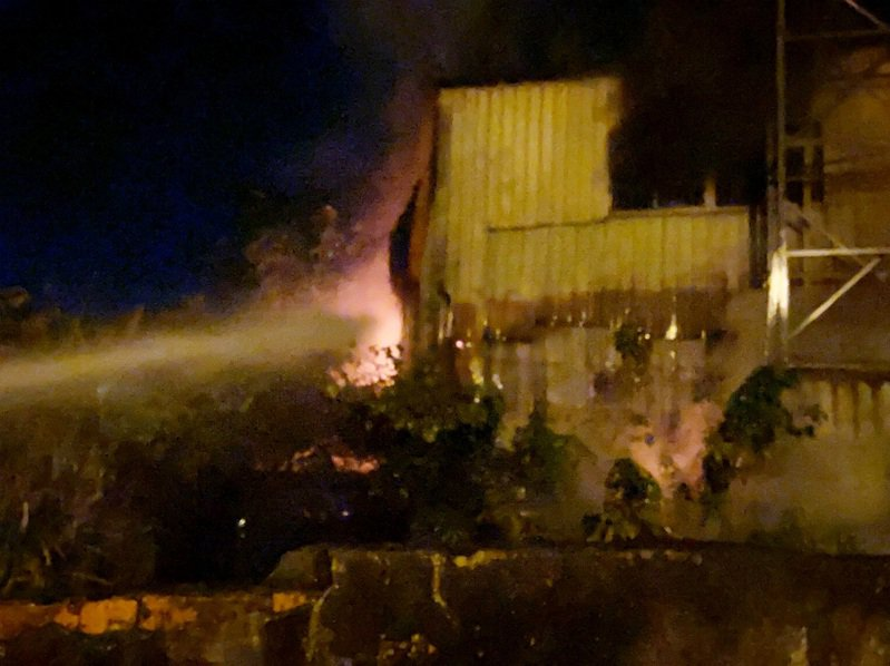 桃園市大園區長發工業區的一家廢棄工廠今晚起火,火光夾雜濃煙在廢棄工廠鐵皮屋裡熊熊火光猛烈,無人員受困。記者曾增勳/翻攝