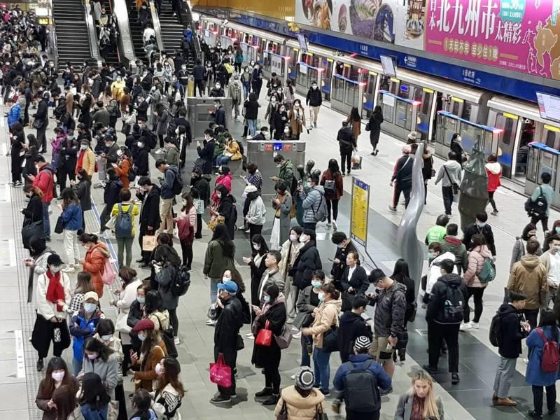 台北捷運板南線今天晚上下班時段發生2次供電系統異常,如今最長班距仍要12分鐘,造成各站月台候車人潮多。記者翁浩然/攝影