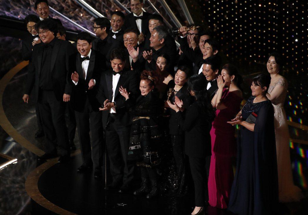 「寄生上流」劇組上台領取奧斯卡最佳影片大獎。圖/路透